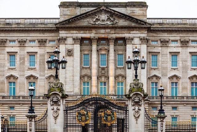 the front gates of buckingham palace